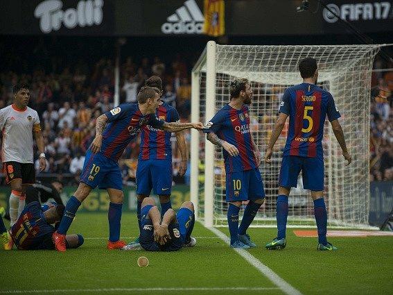 Láhev trefila barcelonské útočníky Neymara a Luise Suáreze.