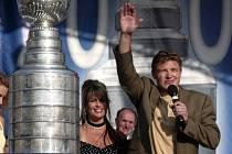 Ruslan Fedotěnko se Stanley Cupem, který v roce 2004 získal s Tampou Bay