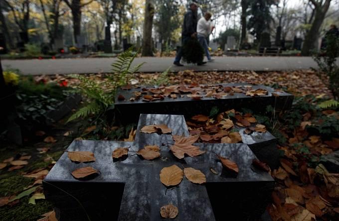 Na Olšanském hřbitově vzpomínali lidé na své blízké a známé zesnulé.