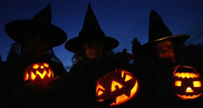 O Halloweenu se vydlabávají dýně, do kterých se vkládají svíčky.