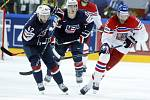 Jiří Novotný (vpravo) uniká hokejistům USA.