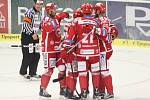 Hokejisté Třince se radují z gólu proti Zlínu.