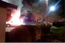 Svérázně ventilovala jedna žena ve floridském městě Jacksonville vztek na svého partnera za to, že jí nekoupil zmrzlinu. Zapálila mu auto, to uhasili až přivolaní hasiči.