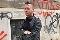 Písničkář a výtvarník Jakub König vystupuje pod přezdívkou Kittchen.