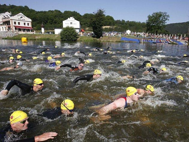 Závodníci na plaveckém úseku.
