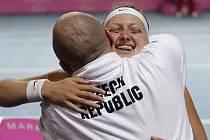Šťastná Petra Kvitová zařídila Češkám v semifinále Fed Cupu proti Belgii druhý bod.