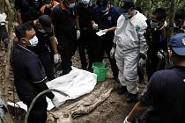 Malajsijští policisté dnes zahájili exhumaci desítek těl předpokládaných uprchlíků, kteří se pravděpodobně stali obětí převaděčů.