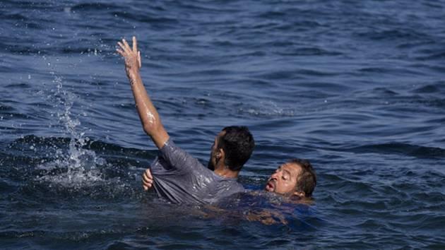 Šestadvacet lidí pohřešují záchranáři u řeckého ostrova Lesbos, kde se dnes potopila loď s uprchlíky. Oznámila to řecká pobřežní hlídka. Dvacet běženců se podařilo zachránit.
