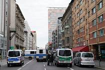Policisté zasahující u střelby v kavárně v centru Berlína.