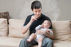 Kasselská policie hledá zatím neznámého otce, který fotil svou dceru s cigaretou.