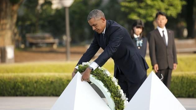 Barack Obama položil květy k symbolickému památníku obětem náletu a zdůraznil, že svět nese společnou odpovědnost za to, aby se něco takového už nikdy neopakovalo.