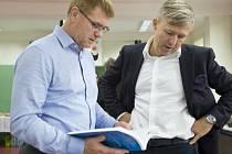Manažer, podnikatel a filantrop Martin Roman (vpravo) hovořil 5. října s učitelem Petrem Albrechtem na křtu publikace Zavádění formativního hodnocení: Praktické techniky pro základní a střední školy. Knihu vydává Martin Roman.