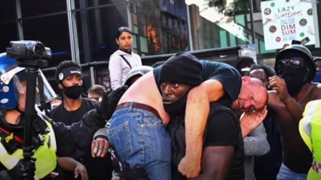 Snímek, na němž mohutný černoch vynáší bezvládného bělocha, se začal rychle šířit v médiích i na sociálních sítích