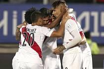 Fotbalisté Peru slaví gól v podání Claudia Pizarra