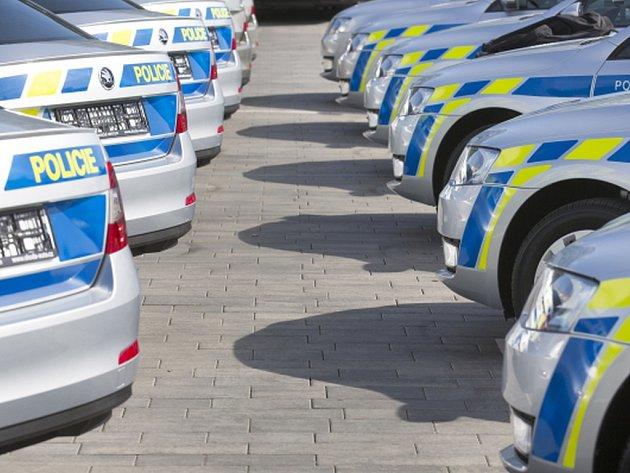 Policisté dnes v Mladé Boleslavi převzali od zástupců automobilky Škoda Auto dodávku 85 nových octavií za 36 milionů korun a do budoucna plánují další nákupy.
