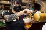Servírka čepuje po osmé hodině večer pivo v Pivovaru Monopol, který zůstal 9. prosince 2020 otevřený i po 20:00.