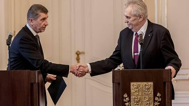 Premiér Andrej Babiš podal prezidentovi Miloši Zemanovi 24. ledna demisi vlády. Zároveň ale získal pověření k vyjednávání o vládě nové.