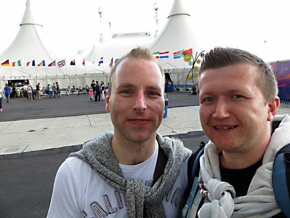 Registrovaný manželský pár Robert Zauer (40 let) a Tomáš Kavalec (38 let) z Teplic, selfíčka z cestování po světě. Před Cirque de Soleil ve Vídni.