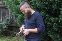 Michal Rybníček při odběru vzorků dřeva ze studny v Rohatci na Hodonínsku, které budou vědci teprve datovat.
