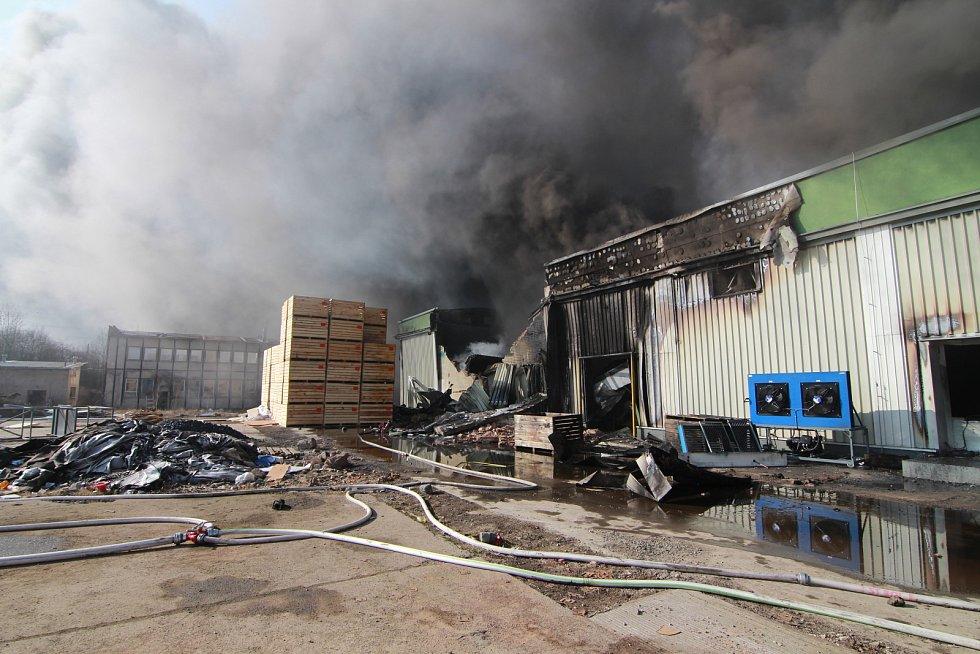 Požári v bývalém areálu mrazíren v Mochově na Praze-východ.