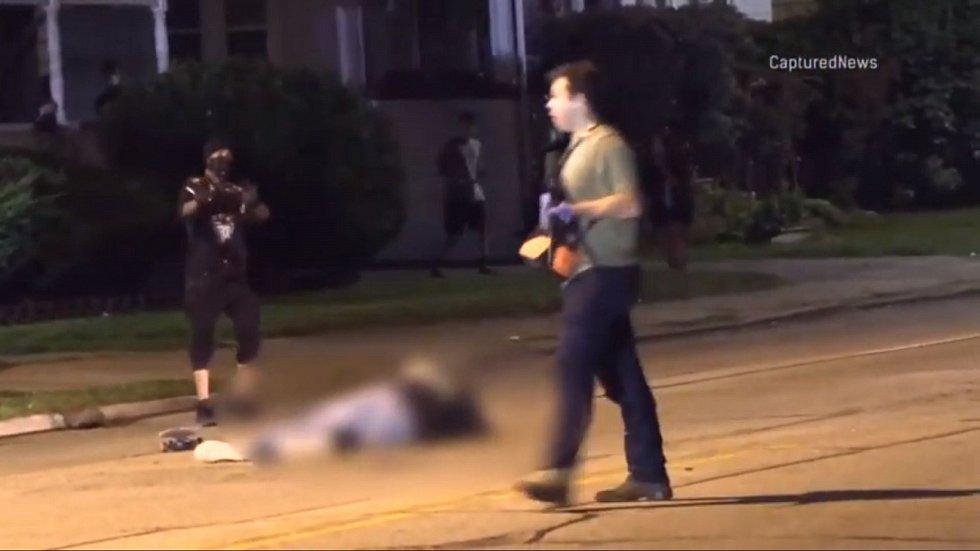 Rittenhouse poté pokračoval v chůzi vstříc přijíždějícím policejním vozům, už nestřílel