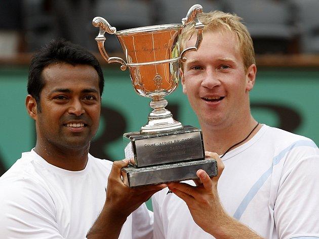 Ind Leander Paes (vlevo) a český tenista Lukáš Dlouhý s trofejí pro vítěze čtyřhry na Roland Garros.