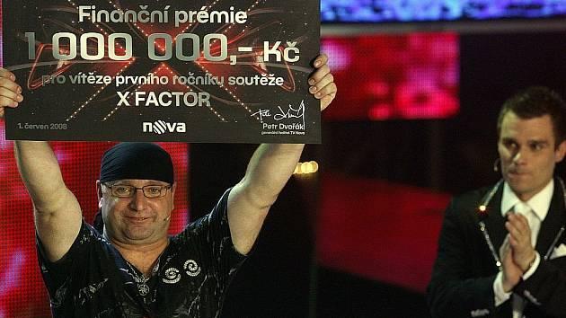 Vítěz soutěže X Faktor: Jiří Zonyga s moderátorem Leošem Marešem
