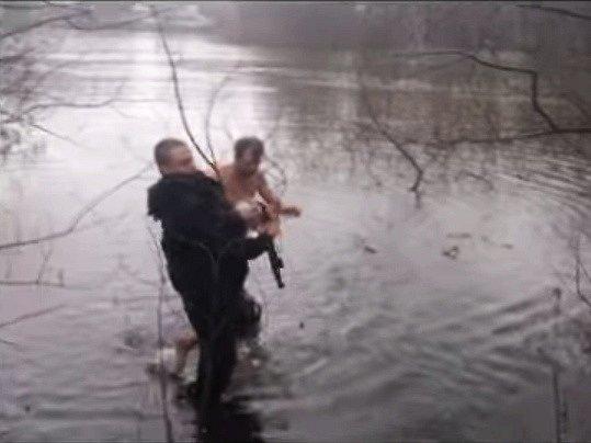 Do ledového jezera ve švédském Norrköpingu skočil zachránit kachnu muž jménem Kenth Rehn.
