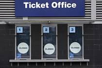 Zavřené pokladny na stadionu Etihad, kde hrají své zápasy fotbalisté Manchesteru City.