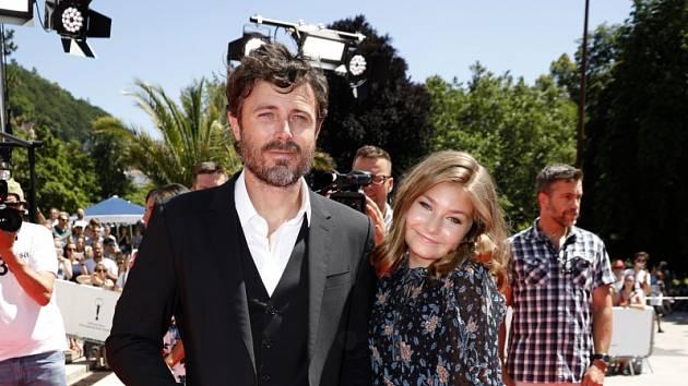 Hvězda a hvězdička. Casey Affleck a Anna Pniowski na festivalu v Karlových Varech