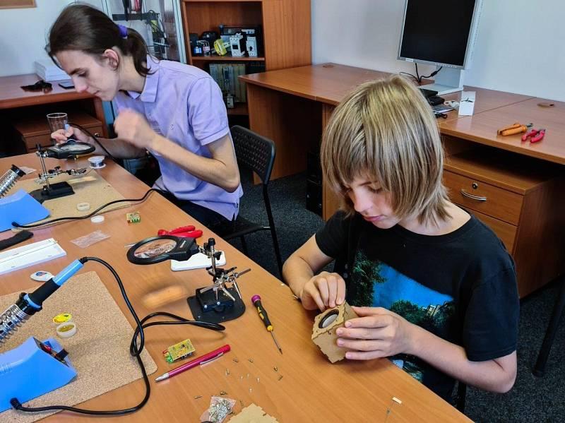 Elektrotechnický kroužek pro děti. Jeho cílem je popularizace technických oborů. Vyučují v něm zkušení odborníci z praxe, zaměstnanci společnosti B:TECH