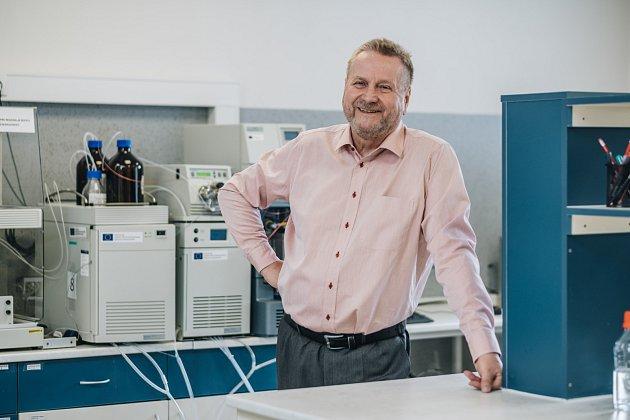 Generální ředitel Vladimír Velebný ve výzkumném středisku v Dolní Dobrouči.