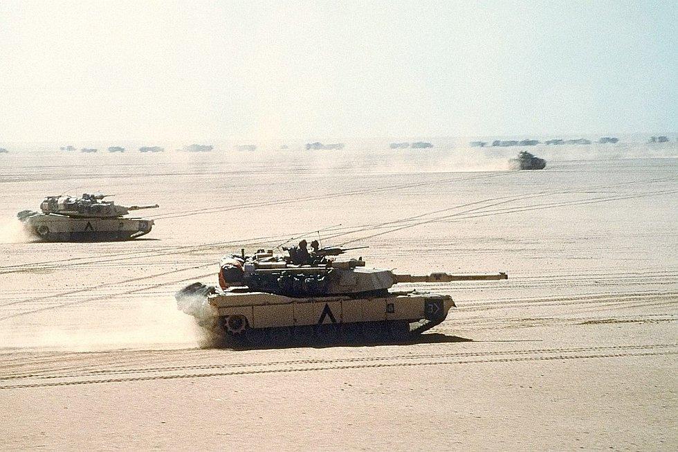 Americké tanky M1 Abrams při rychlém postupu vpřed