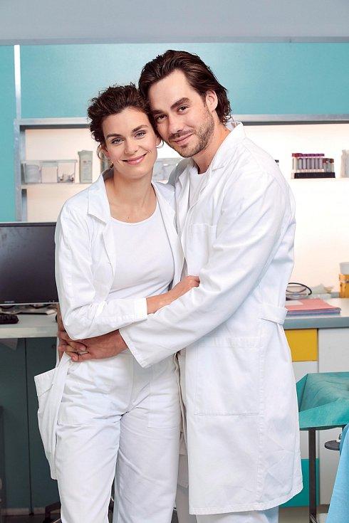 Patrik Děrgel v seriálu Ordinace v růžové zahradě hrají společně s manželkou Markétou (dříve Frösslovou) manželský pár lékařů Márových.