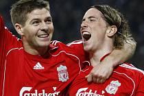 Fernando Torres (vpravo) slaví branku, kterou vstřelil na San Siru. Gratuluje mu Steven Gerrard.