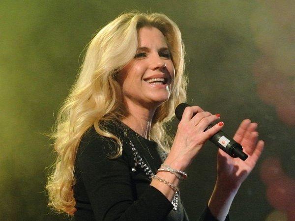 Leona Machálková si zazpívá sPiráty.