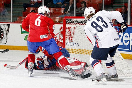Američan Kane skóruje v zápase s Norskem.