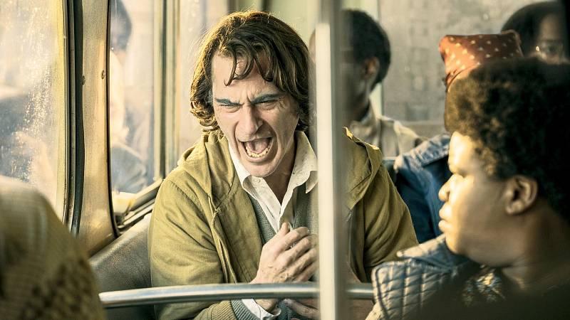Joaquin Phoenix získal před pár dny Oscara za ztvárnění hlavního hrdiny ve filmu Joker. Ten propadá neovladatelným záchvatům smíchu.