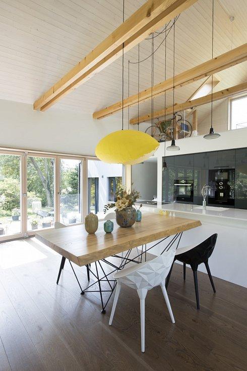 V domě dominuje bílá barva s černými akcenty třeba v podobě lehkých křesel.