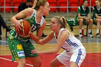 Basketbalistky Valosunu Brno (v zeleném) proti Karlovým Varům.