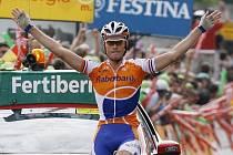 Lars Boom slaví vítězství v 15. etapě cyklistické Vuelty.