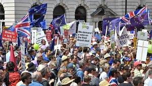 Tisíce Londýňanů demonstrovaly proti brexitu.