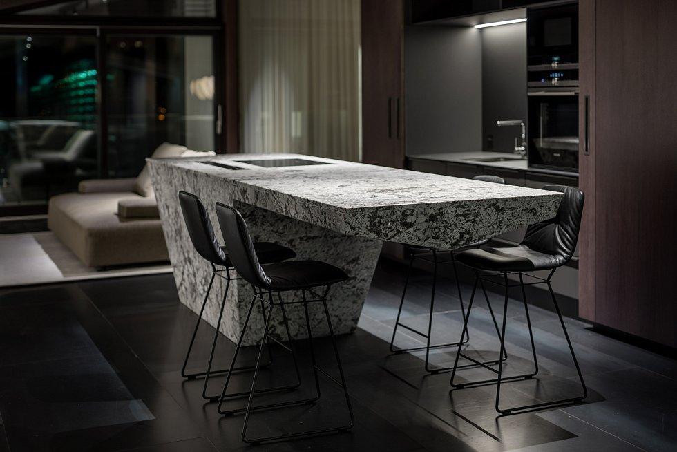 Ve Vokovicích architekti dostali příležitost dát průchod jejich vášni pro výrazně prokreslené přírodních materiálů, jednoduchých tvarů a zajímavých technických prvků..