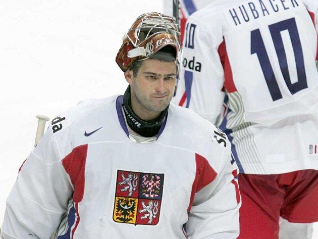 Rozmrzelý brankář Roman Čechmánek po prohraném čtvrtfinále s Ruskem.