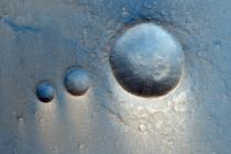 Dopadové krátery v oblasti Lunae Planum na Marsu