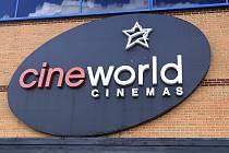 Logo britské společnosti Cineworld na budově kina v Northamptonu