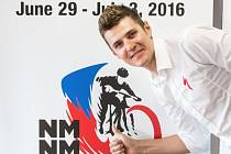 Biker Jaroslav Kulhavý u loga MS horských kol, které v roce 2016 uspořádá Nové Město na Moravě.