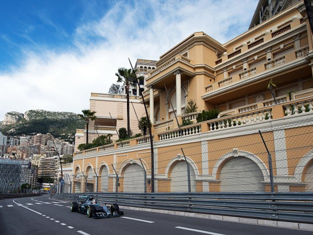 Lewis Hamilton v tréninku na Velkou cenu Monaka.