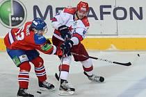Ondřej Němec z Lva Praha (vlevo) brání v přihrávce Alexandru Radulovi z CSKA Moskva.