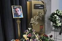 Pozůstalí se 15. listopadu rozloučili v krematoriu v pražských Strašnicích s karikaturistou Vladimírem Jiránkem, který zemřel 6. listopadu ve věku 74 let.